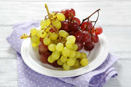 plate of food: Deliziosa uva su un piatto bianco, cibo primo piano