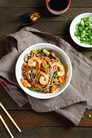 chinesisch essen: Leckere Nudeln mit Garnelen, Soba Draufsicht