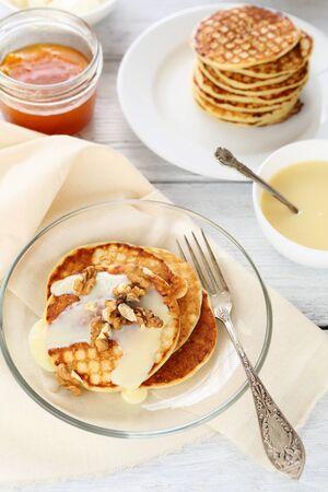 plate of food: Frittelle su un piatto, cucina