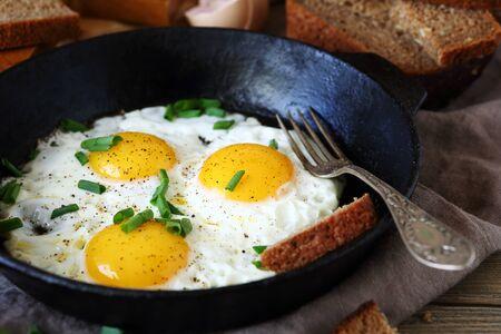 huevo blanco: Huevos fritos en una sart�n caliente, de cerca