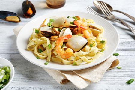 mariscos: Espaguetis con mariscos en un plato, la comida