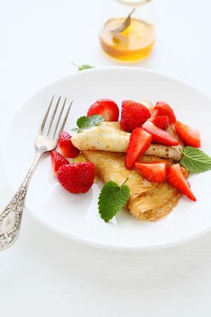 crepas: crepes con fresas frescas, alimentos