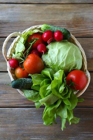 canastas de frutas: verduras en vista superior cesta Foto de archivo