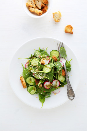 ensalada de verduras: ensalada con pepino y picatostes, vista desde arriba, la comida Foto de archivo