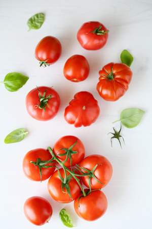 fresh tomatoes on white wooden background, top view 스톡 콘텐츠