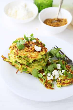 bign�: frittelle di zucchine sul piatto