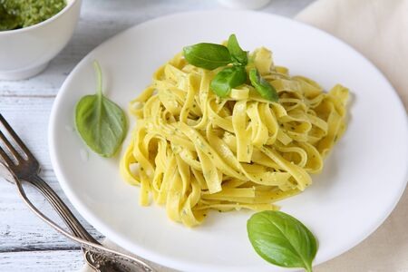 bord eten: Pasta with basil on a plate. Food close up