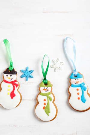 bonhomme de neige: Trois gingembre Bonhomme de neige sur un fond blanc, noël Banque d'images