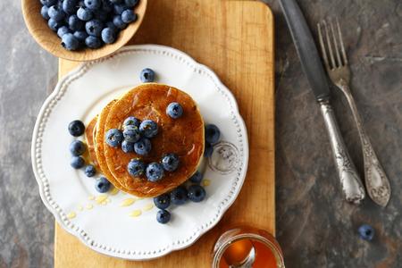 hot cakes: apilar panqueques con bayas, por encima Foto de archivo