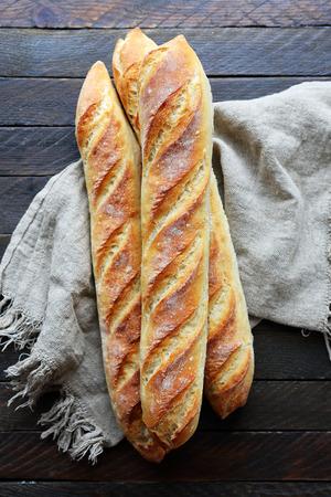 新鮮なフランスの上のナプキン、バゲット 写真素材