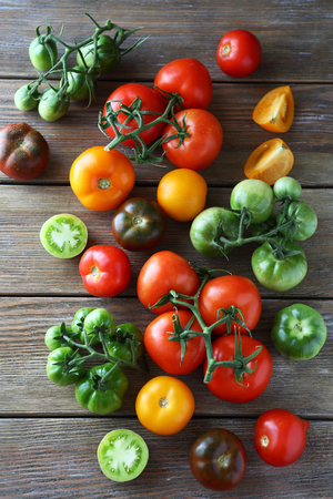 ensalada tomate: tomates maduros y verdes vista superior