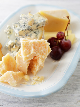 bord eten: cheeses on plate, food closeup
