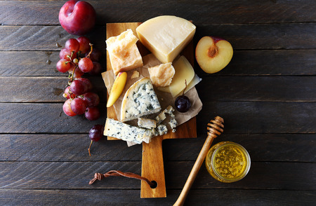 dark cheese composition, top view Imagens - 47350803