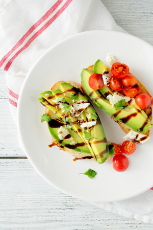 comiendo pan: emparedados con aguacate y tomate, vista desde arriba de alimentos