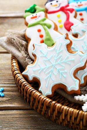 galletas de jengibre: Delicious ginger cookies in a wicker basket, xmas Foto de archivo