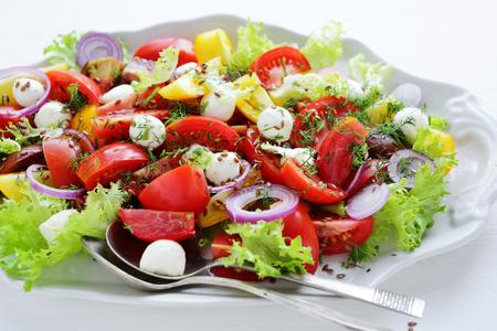 ensalada tomate: los tomates de verano ensalada con queso en el plato