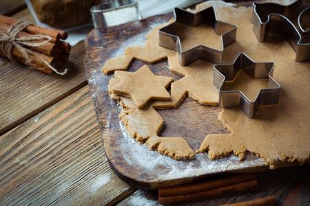 galletas de jengibre: cocinar galletas de jengibre, comida de primer plano Foto de archivo