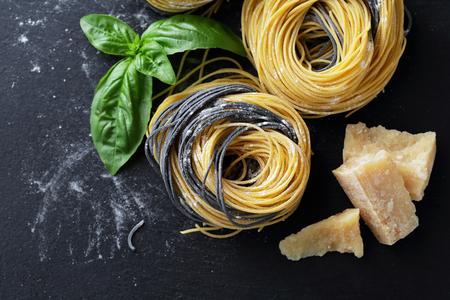 comida italiana: pasta cruda en la pizarra, vista desde arriba de alimentos