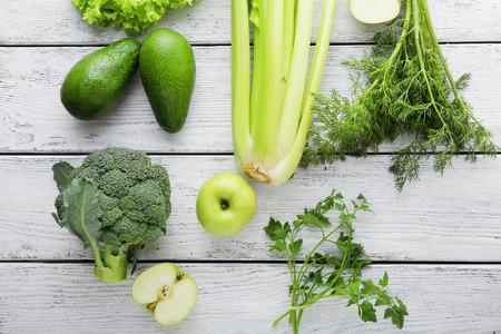 verse groene groenten op wit