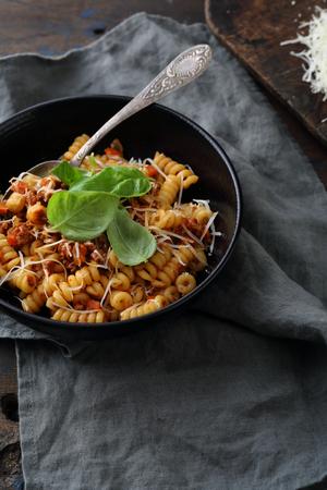 carne picada: pasta con carne picada y la albahaca, comida italiana