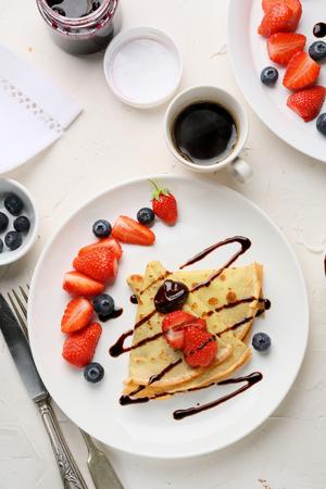 plato de comida: taza de café y crepes, comida del desayuno Foto de archivo