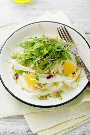 finocchio: insalata di finocchi sana con arancia, cibo primo piano