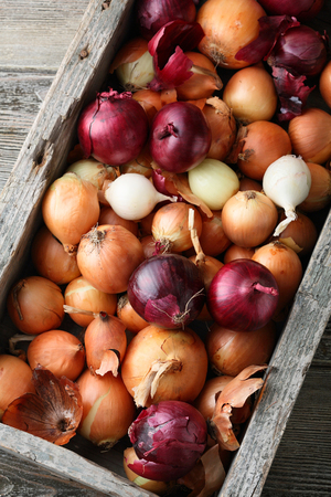 Onions mix in wooden crate, food Stock Photo