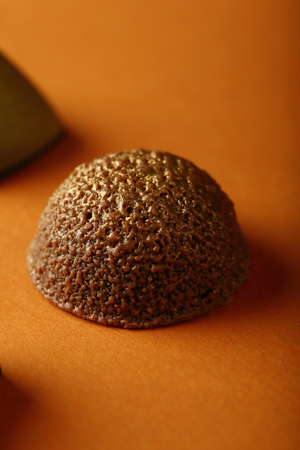 truffe blanche: Golden chocolate candy, sweets closeup