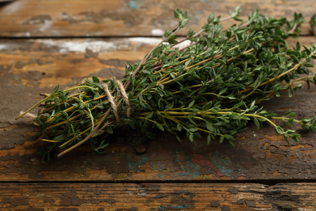 Bunch of fresh thyme on wooden background, spice Stockfoto
