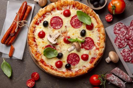 Pizza aux champignons vue de dessus