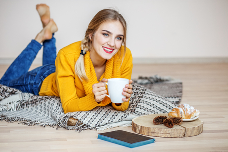 Young girl resting and drinking tea. The concept of lifestyle, autumn, winter and comfort. Imagens - 94820325