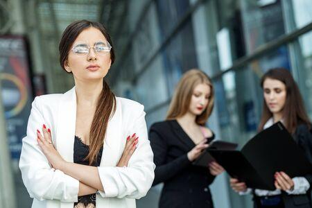 La donna a capo dell'azienda porta gli occhiali. Concetto per affari, marketing, finanza, lavoro, pianificazione e stile di vita.