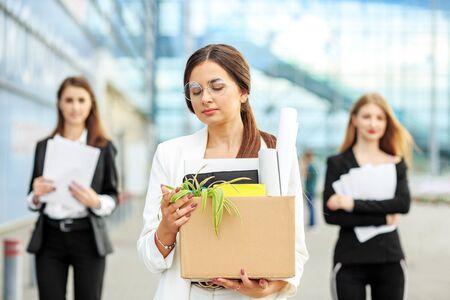 Una joven hermosa fue despedida de su trabajo. El final de una carrera. Concepto de negocio, desempleo, bolsa de trabajo y despido