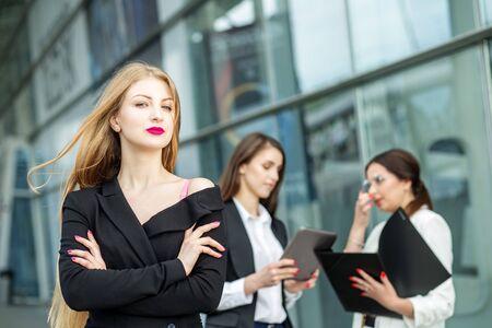 Eine junge Frau mit sehr langen Haaren. Erfolgreicher Unternehmer. Konzept für Geschäft, Chef, Arbeit, Team und Erfolg.