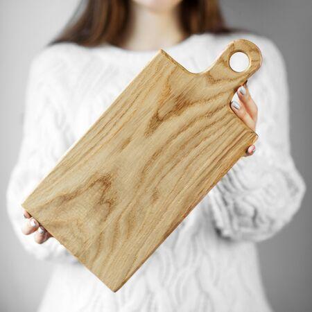 女性の手でキッチンボード。食べ物、メニュー、料理のコンセプト。