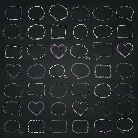 Conjunto de grandes Doodle rústica Tiza bosquejado las burbujas del discurso y pancartas, marcos y bordes en la pizarra textura. Esbozado ilustración vectorial. Ilustración de vector