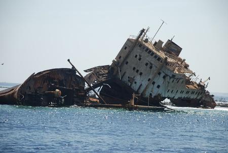 tiran: Russisch schip is gaan zitten op een bank tijdens de Tweede Wereldoorlog. Eiland van de tiran. Charm-ale-Sheikh. Egypte Redactioneel
