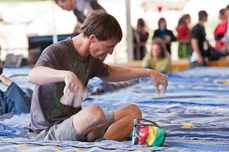 bouldering: Qualificazioni per il Teva montagna giochi - Coppa del mondo Bouldering, Vail, Colorado, USA - giugno 2011 3rd-- Klemen Becan sta agitando le mani prima di salire