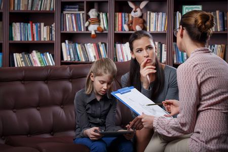 niño escuela: Joven madre con su hija en la consulta psicólogo Foto de archivo