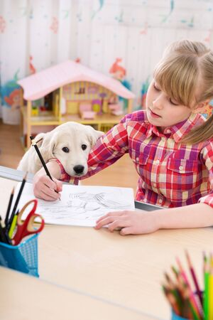 amor adolescente: Cute girl and puppy drawing together at kids room