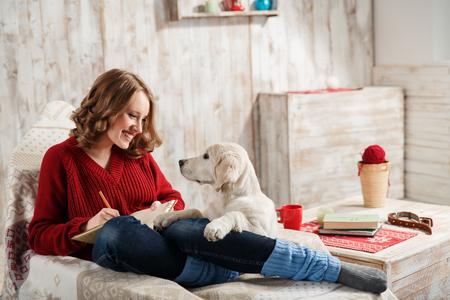 mujer con perro: Mujer joven con su animal doméstico, golden retriever, relajarse juntos