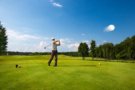 Une image d'un jeune joueur de golf masculin