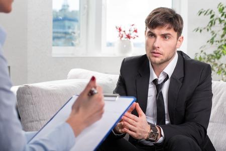 Przygnębiony Businesman z problemem, na recepcji psychologa Zdjęcie Seryjne
