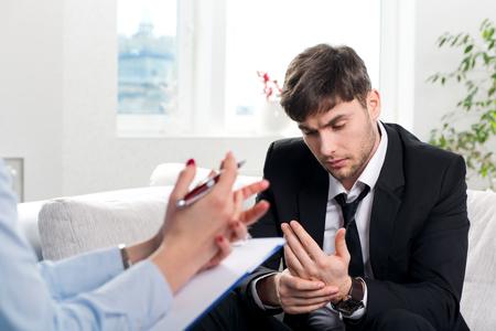 Depressieve businesman met een probleem op een receptie voor een psycholoog