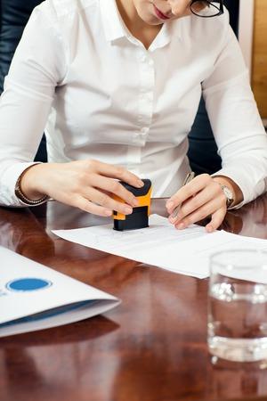 validez: negocios de estampación documento, trabaja en su oficina Foto de archivo