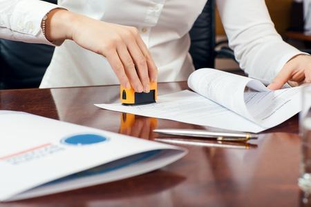 Kobieta strony stemplowanie dokumentu, pracy w biurze