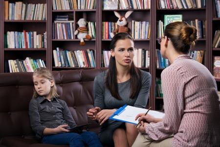 Giovane mamma con il daugher a consultazione psicologo
