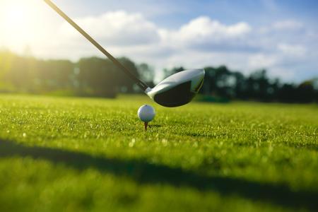 ドライバーの正面にティーのゴルフ ・ ボール 写真素材
