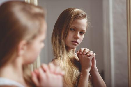 Reflectie in de spiegel van tienermeisje Stockfoto