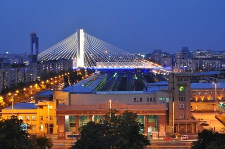 Basarab 橋と夕暮れ時、ルーマニア、ブカレスト北駅